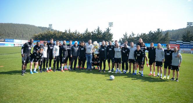 Beşiktaşlı futbolculardan sağlık ekibine çiçek